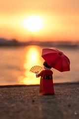 Kimono girl at sunrise (Ballou34) Tags: 2017 7dmark2 7dmarkii 7d2 7dii afol ballou34 canon canon7dmarkii canon7dii eos eos7dmarkii eos7d2 eos7dii flickr lego legographer legography minifigures photography stuckinplastic toy toyphotography toys kōbeshi hyōgoken japon jp stuck plastic kimono girl sunrise umbrella fan