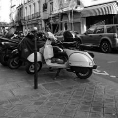 SFP07 (photo & life) Tags: france ville city street streetphotography jfl photography photolife™ paris fujifilm fujinon fujifilmxpro2 fujinonxf14mmf28r 14mm europe squareformat squarephotography blackandwhite noiretblanc vespa