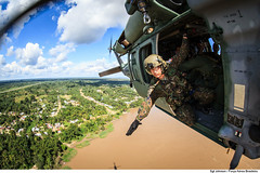 H-60L sobre o Rio Amazonas (Força Aérea Brasileira - Página Oficial) Tags: brazilianairforce fab forcaaereabrasileira fotojohnsonbarros 170620joh9549johnsonbarros h60lblackhawk sikorskyh60lblackhawk buscaeresgate rioamazonas riosolimões resgateiro resgatista regiãoamazônica helicóptero tabatinga tríplicefronteira