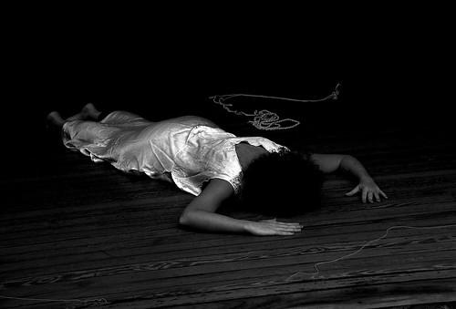 Sólo un cuerpo en el suelo