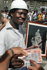 Napoli_Aziz_20090610 (16) (olivo.scibelli) Tags: fotografie napoli – ragazzo africano statua garibaldi testa disturbi psichici immigrati aziz avventura finita tragicamente rimpatriato paese
