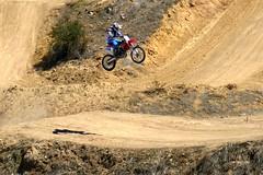 Por los aires (alfonsocarlospalencia) Tags: salto segovia sombra motorista circuito peligro verde rojo azul deporte motocross cabriola eresma polvo acrobacia tensión intensidad piedras