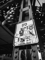 Fuji Finepix Z90 street photos 3rd week May 2017 B-W pic18 (Artemortifica) Tags: blueline cta chicago finepixz90 fujifilm fujinon lakest may michiganave state blackandwhite bridges buildings buses candid commuters downtown performance redline street trains