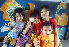 sisters with baby brother (the foreign photographer - ฝรั่งถ่) Tags: dscaug12015sony three sisters baby brother khlong bang bua portraits bangkhen bangkok thailand sony rx100