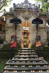 Ubud Palace (MelindaChan ^..^) Tags: bali indonesia 印尼 巴里島 temple indian chanmelmel mel melinda melindachan heritage culture religion life worship building architecture hindu purisaren ubudpalace ubud palace people