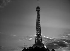 Otra forma de ver la Torre Eiffel. (F Arregui.) Tags: nwn torreeiffel paris monumentos arquitectura extructuras bn nubes noche nocturna city