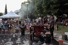 Giochi di bolle.... (Annamaria Rizzi) Tags: bolle artistadistrada garda pubblico