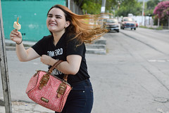 Domenica (Melili Navarro) Tags: retrato espontaneo modelo chica guapa linda atractiva sonriendo paleta de nieve comiendo bolso la moda fashion female makeup maquillaje labial risa carcajada museo historia