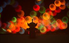 En otro planeta, donde la lluvia es de colores (paulina.garces) Tags: bokeh colores marciano figura juguete