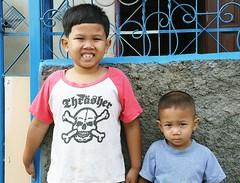 skull and crossbones boys (the foreign photographer - ฝรั่งถ่) Tags: two boys brothers skull cross bones shirt teeth khlong thanon bangkhen bangkok thailand canon kiss