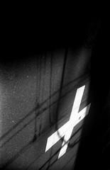 ゆきかひ (cross) (Dinasty_Oomae) Tags: kodak retina retinette コダック レチナ レチネッテ 白黒写真 白黒 monochrome blackandwhite blackwhite bw outdoor 東京都 東京 tokyo 千代田区 chiyodaku 神田 kanda kandaiwamotocho 神田岩本町
