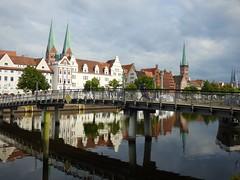 (Hier und Jetzt) Tags: fluss architektur brücke flus trave lübeck hansestadt spiegelung reflection river