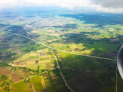 Last turn towards Santa Clara over the National Highway and Ranchuelo town in back (lezumbalaberenjena) Tags: vuelo flight airport aeropuerto cuba santa clara villas villa avión avion plane airplane westjet 2017 summer verano abel santamaría