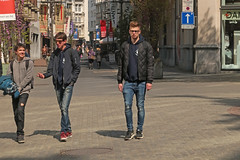 Meir - Antwerpen (Belgium) (Meteorry) Tags: europe belgium belgië belgique vlaanderen flandres antwerpen anvers antwerp meir leysstraat centrum centre center antwerpenpeople people piétons pedestrians male guy boy homme mec sneakers trainers skets streetscene sunglasses damart trianon nike airmax afternoon aprèsmidi april 2017 meteorry