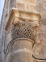 Israël, un pilier très ancien avec ce chapiteau ornée près du saint sépulcre (Roger-11-Narbonne) Tags: jérusalem eglise mosquée chapiteau