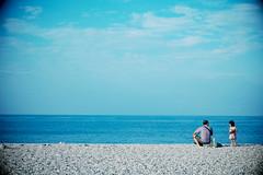 Can I stay a little longer, grandpa? (Wilson Au | 一期一会) Tags: qixingtan hualien taiwan 花蓮 七星潭 台灣 fujifilm 富士 xe2 xf1855mmf284rlmois fujinon beach sky blue people