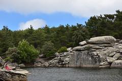 Η Μυρτώ ζωγραφίζει τα βράχια - Myrto sketching the rocks (Νίκος Αλμπανόπουλος) Tags: ikaria ικαρία
