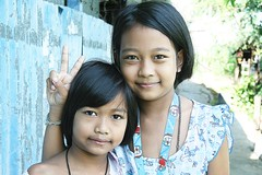 pretty sisters sending you peace (the foreign photographer - ฝรั่งถ่) Tags: two pretty sisters peace sign khlong thanon portraits bangkhen bangkok thailand canon kiss