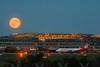Von der schönsten Stadt in die weite Welt bis zum Mond (Lilongwe2007) Tags: hamburg deutschland flughafen fuhlsbüttel airport vollmond mondaufgang abend flugzeuge verkehr