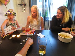 IMG_1485 (grindove) Tags: karin frida belle mat chips yatzy spel