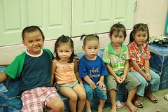 children seated (the foreign photographer - ฝรั่งถ่) Tags: five children seated khlong thanon portraits bangkhen bangkok thailand canon