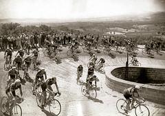 coureurs du Tour de France, à l'assaut des premières pentes du Mont Ventoux dans les années 50 - collection Reynald ARTAUD (Reynald ARTAUD) Tags: 1950 années tour de france cycliste provence mont ventoux ascension première pentes collection reynald artaud