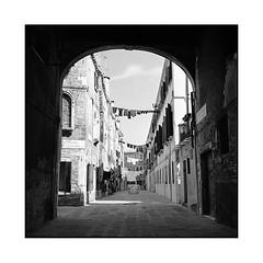 dead end • venice, italy • 2016 (lem's) Tags: minolta autocord venise vencie venezia italia italie italy dead end laundry rue street impasse linge arch voute