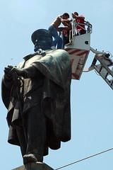Napoli_Aziz_20090610 (24) (olivo.scibelli) Tags: fotografie napoli – ragazzo africano statua garibaldi testa disturbi psichici immigrati aziz avventura finita tragicamente rimpatriato paese