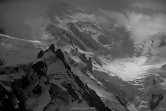 La Sentinelle des Glaces (Frédéric Fossard) Tags: noiretblanc grain neige glacier glace nature altitude montblanc chamonix aiguiledumidi alpes hautesavoie hautemontagne massifdumontblanc lumière ombre atmosphère sérac texture