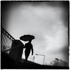 2947 (Elke Kulhawy) Tags: street sreetphotographie elkekulhawy bnw bw blackandwhite art kunst lensbaby cologne köln germany dark verschwommen rain people urban stadt