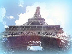 Camino al Cielo (Karloz Silva) Tags: paris francia torreeiffel tower turista viaje vacaciones vacations caminoalcielo cielo camino under toureiffel nubes sky arriba
