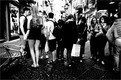 na_047 (la_imagen) Tags: centrostorico naples napoli neapel italy italia italien italya sw bw blackandwhite siyahbeyaz monochrome street streetandsituation sokak streetlife streetphotography strasenfotografieistkeinverbrechen menschen people insan passion award
