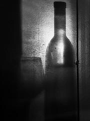 """Joc d'ombres""/""Game of shadows""/""Juego de sombras"" (nuriapase) Tags: abstract monocrom blancinegre blackandwhite black white art creative bottle ampolla botella copa glas cope shadow ombra sombra luz llum light party festa sopar cena diner water wine iphone"