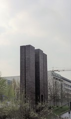 1996/97 Berlin Turm aus Wittmunder Klinker von Per Kirkeby Heizkraftwerk Michaelkirchstraße in 10179 Luisenstadt (Bergfels) Tags: skulpturenführer bergfels 199697 1996 1990er 20jh nach1989 berlin turm wittmunderklinker perkirkeby pkirkeby kirkeby heizkraftwerkmitte michaelbrücke michaelkirchstrase spreeufer 10179 luisenstadt mitte beschriftet skulptur plastik guessedberlin gwbschlafauto