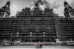 new town hall (blende9komma6) Tags: hannover downtown germany nikon d7100 townhall rathaus cityhall bicycle fahrrad constructionzone baustelle architecture architektur bw sw