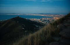 Signal Hill and Cape Town from Lion's Head (Javier Pimentel) Tags: africa sudáfrica signalhill hill southafrica ciudaddelcabo mountains landscape capetown mountain citylights lionshead surafrica westerncape za