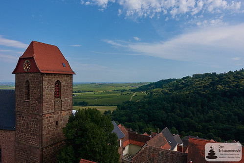 Ausblick von Burg Neuleiningen auf Kirche und Rheinebene