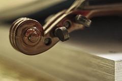 Pause (Hanna Tor) Tags: macro table music violin old book hannator stilllife pause rest