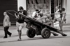 Foto- Arô Ribeiro -4778 (Arô Ribeiro) Tags: street ruas cidade blackwhitephotos pretoebranco vida pessoas
