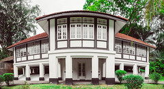 Singapore colonial black and white house (Tatyana Kildisheva) Tags: asia singapore singapura southeastasia adampark blackandwhite colonial colonialheritage conservationhome house азия сингапур юговосточнаяазия dsc4183pano