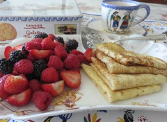 Crêpes bretonnes. (Traveling with Simone) Tags: food crêpes crepes dessert fruit berries plates cup brittany bretagne box tinbox meal eating sweet désert tasse fraises baies strawberries haviland