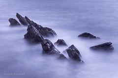 Naufragio (Joseba Grajales) Tags: mar sea rocas rocks largaexposición longexposure texturas textures azul blue nikon nikond750