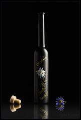 Williamsbirne, einfach lecker (WibbleFishBanana) Tags: häusling alm zillertal zillergrund austria österreich williams birne williamsbirne obstler bottle cork decoration