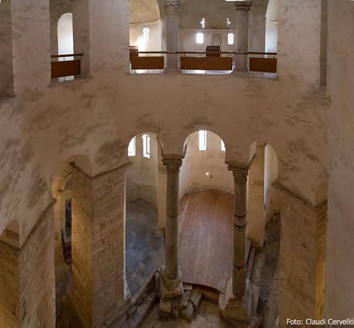 Interior de l'església pre-romànica de Sant Donat (s. IX), des del 1r pis