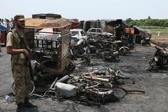 Más de 150 personas mueren tras volcadura y explosión de un camión en Pakistán (conectaabogados) Tags: camión explosión más mueren pakistán personas tras volcadura