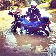 And the bike stopped in the best place....🐊 (carlesbaeza) Tags: adventure motorcycle motorrad moto travel yamaha xt600e xladv rio river stop agua