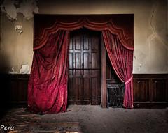 El teatro de los sueños (Perurena) Tags: puerta door madera wood cortinas casa house quinta palacio palace abandono decay suciedad escombros ruina dusty luces sombras lights shadows urbex urbanexplore
