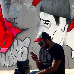 Ton sur ton (_ Adèle _) Tags: bruxelles rue street extérieur tags graphs noirblancetrouge homme casquette smartphone mur streetart