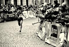 Do not look back! (Bernhardt Franz) Tags: marathon münster runner läufer kurve bend curve spectator viewer fan supporter jubeln cheer jubilate street enliven event city look back fear persecutor chaser dramatic
