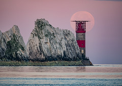 Moonset @ The Needles, Isle of Wight (Elm Studio) Tags: copyright copyrighted jeffmorgan elmstudio jeffelmstudiocom wwwelmstudiocom 4407542933700 isleofwight 2017 appicoftheweek morgan outdoors placeofinterest needles totland alumbay europe gb england uk mirrorless panasonic telephoto mft sunrise moonset sea moon lighthouse chalk sky seastacks waves fullmoon gbr thephotographersephemeris